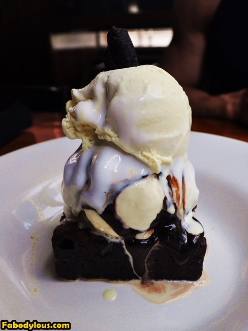 Again, my sweet tooth is going crazy, so Amanda and I ordered the desserts first. And OMG! This is amazing! Totally the highlight of the day. If you do drop by Outback Steakhouse, you must order this, the Chocolate Thunder From Down Under.