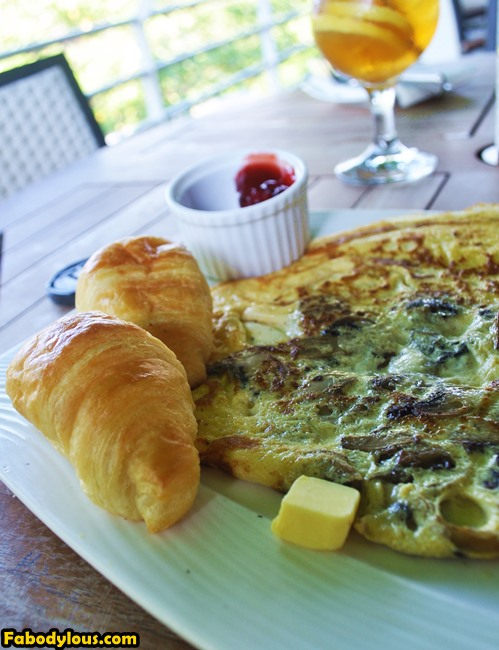 And I'm having cheese & mushroom omelette. The croissants with jam really satisfied my sugar cravings. :p